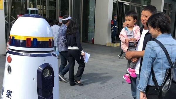 Робот-полицейский заступил на дежурство в Пекине - видео - Sputnik Латвия