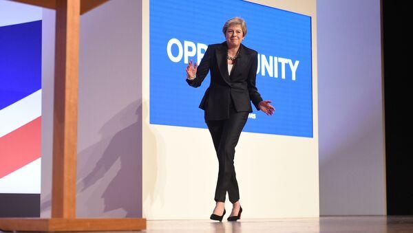 Премьер-министр Великобритании Тереза Мэй танцует на конференции Консервативной партии в Бирмингеме - Sputnik Латвия