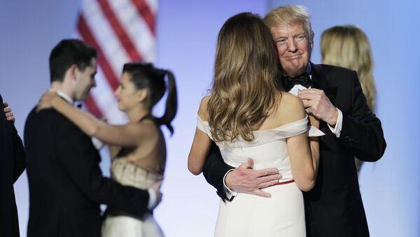 ASV prezidents Donalds Tramps dejo ar savu dzīvesbiedri Melāniju Trampu - Sputnik Latvija