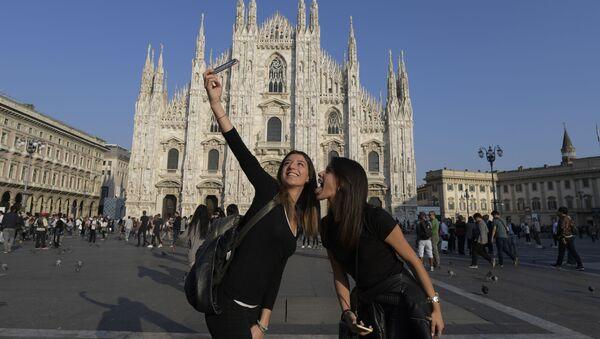 Туристы делают селфи перед собором Дуомо в Милане - Sputnik Latvija