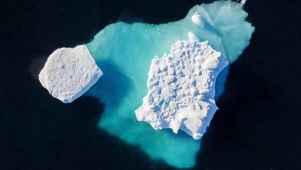 Дрейфующий во фьорде айсберг, Гренландия - Sputnik Латвия