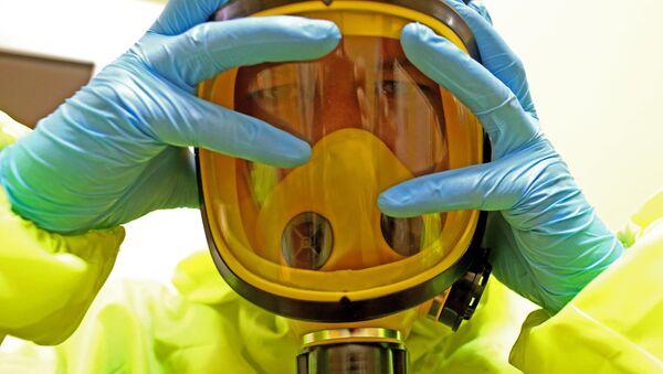 Медицинский персонал отрабатывает действия на случай поступления больных с подозрением на вирус Эбола. - Sputnik Латвия