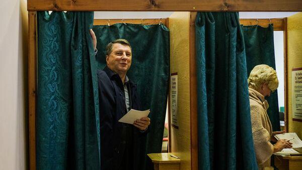 Президент Латвии Раймондс Вейонис с супругой голосуют на избирательном участке - Sputnik Latvija