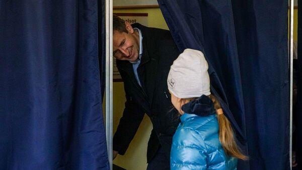 Вячеслав Домбровский с дочерью на выборах в Сейм Латвии - Sputnik Latvija