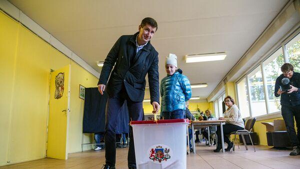 Кандидат в премьер-министры от партии Согласие Вячеслав Домбровский проголосовал на выборах - Sputnik Latvija