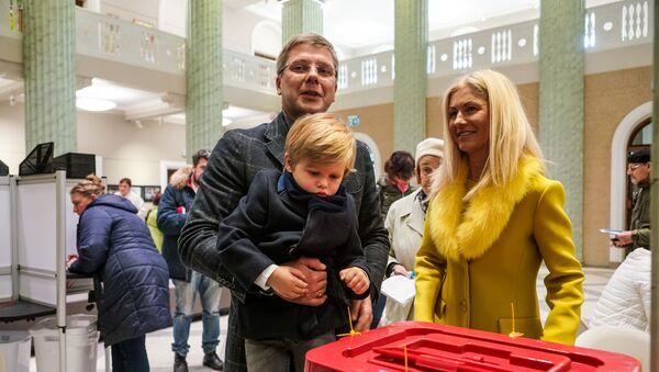 Мэр Риги Нил Ушаков с семьей проголосовал на выборах - Sputnik Латвия
