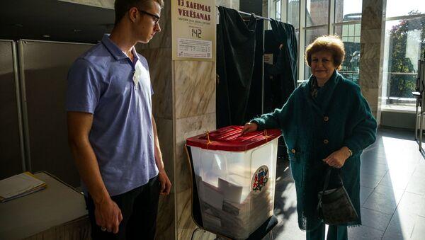 Лидер партии Русский союз Латвии Татьяна Жданок проголосовала на выборах - Sputnik Latvija