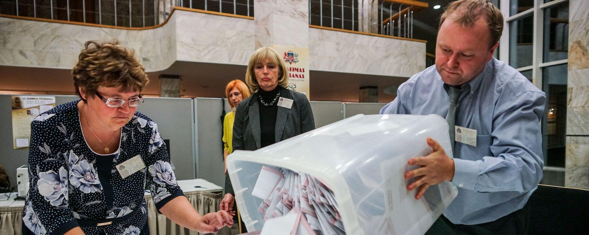 Подсчет голосов на избирательном участке в Доме конгрессов в Риге - Sputnik Латвия, 1920, 24.06.2021