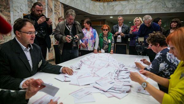 Подсчет голосов на избирательном участке в Доме конгрессов в Риге - Sputnik Latvija
