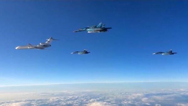 Самолеты ВКС РФ группами вылетали с авиабазы Хмеймим в Сирии - Sputnik Латвия