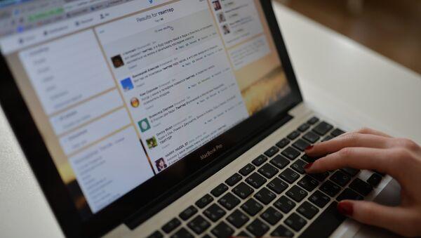 Страница сайта Twitter в окне браузера компьютера. - Sputnik Латвия
