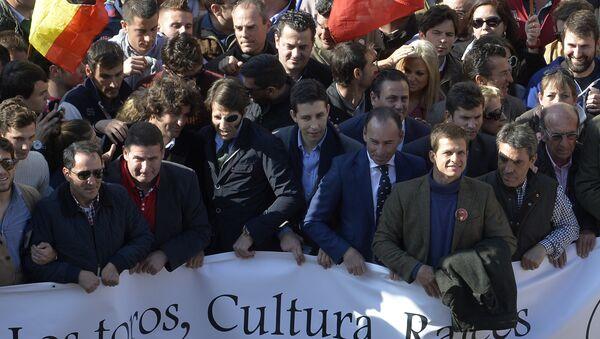Матадор Хуан Хосе Падилья с товарищами на демонстрации во время фестиваля Фальяс - Sputnik Латвия