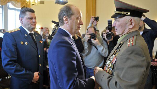Посол России в Латвии вручил орден Славы II степени ветерану ВОВ Коброву Ислану - Sputnik Латвия
