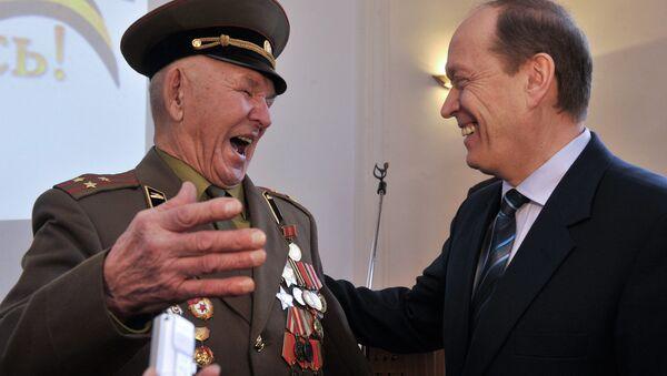 Посол России в Латвии вручил орден Славы II степени ветерану ВОВ Коброву Ислану - Sputnik Latvija