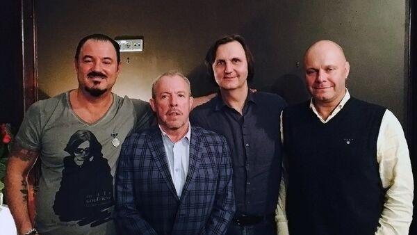 Стас Флоренцев (второй справа)  и его звездные друзья - Sputnik Латвия
