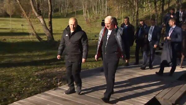 Лукашенко угостил Путина целебной водой и прокатил по своей малой родине - Sputnik Латвия