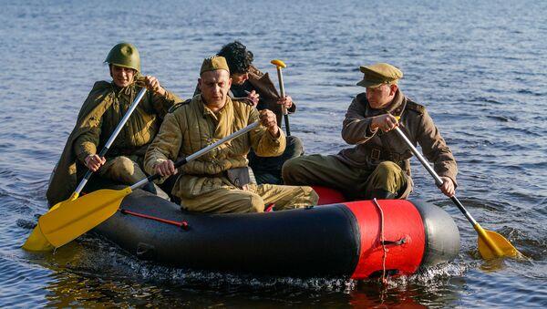 Участники реконструкции форсирования в форме бойцов Красной армии - Sputnik Латвия