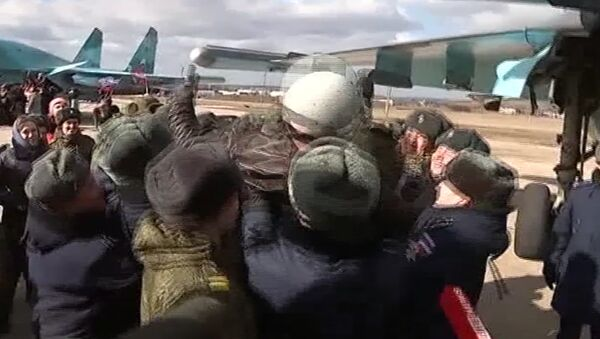 Вернувшихся из Сирии летчиков встречали хлебом-солью и качали на руках - Sputnik Latvija