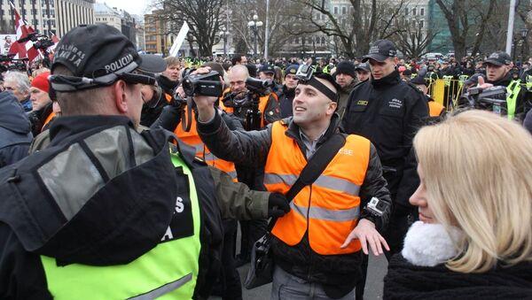 Задержание британского журналиста Грэма Филлипса на шествии 16 марта в Риге - Sputnik Latvija