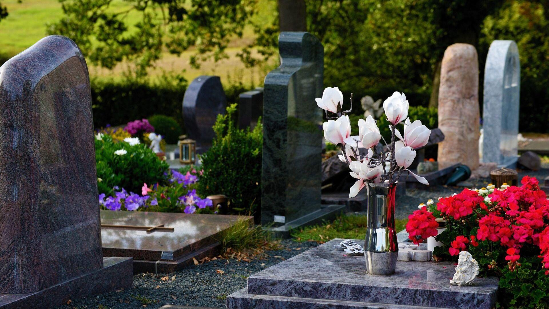 Цветы на кладбище - Sputnik Латвия, 1920, 17.07.2021