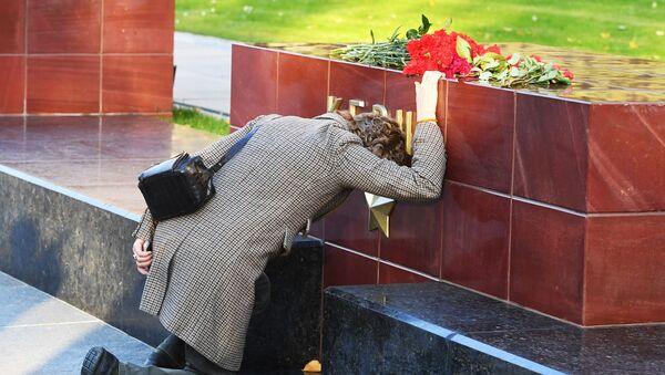 Ziedi Kerčas traģēdijas upuru piemiņai - Sputnik Latvija