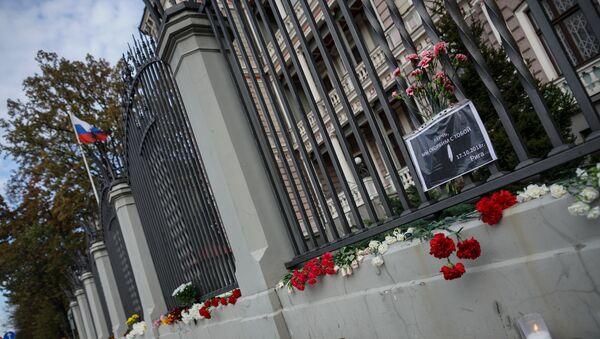 Rīgas iedzīvotāji noliek ziedus pie Krievijas vēstniecības Kerčas koledžā bojāgājušo cilvēku piemiņai - Sputnik Latvija