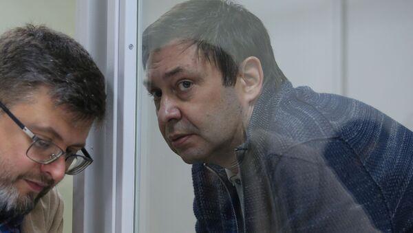 Адвокат Андрей Доманский (слева) и руководитель портала РИА Новости Украина Кирилл Вышинский на заседании в Херсонском апелляционном суде, 23 октября 2018 - Sputnik Латвия