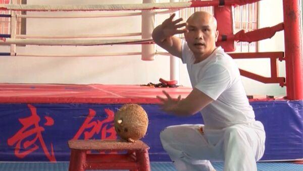 Мастер кунг-фу разбивает кокосы ладонью - видео - Sputnik Латвия