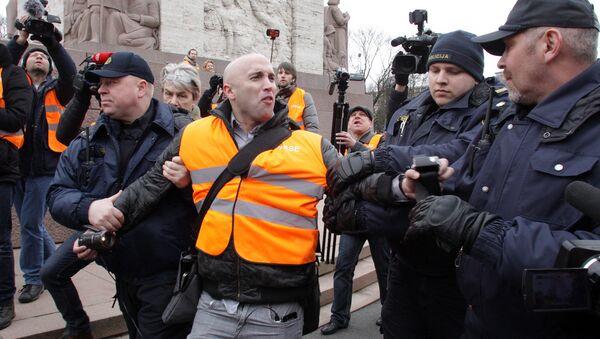 Задержание британского журналиста Грэма Филлипса на шествии 16 марта в Риге - Sputnik Латвия