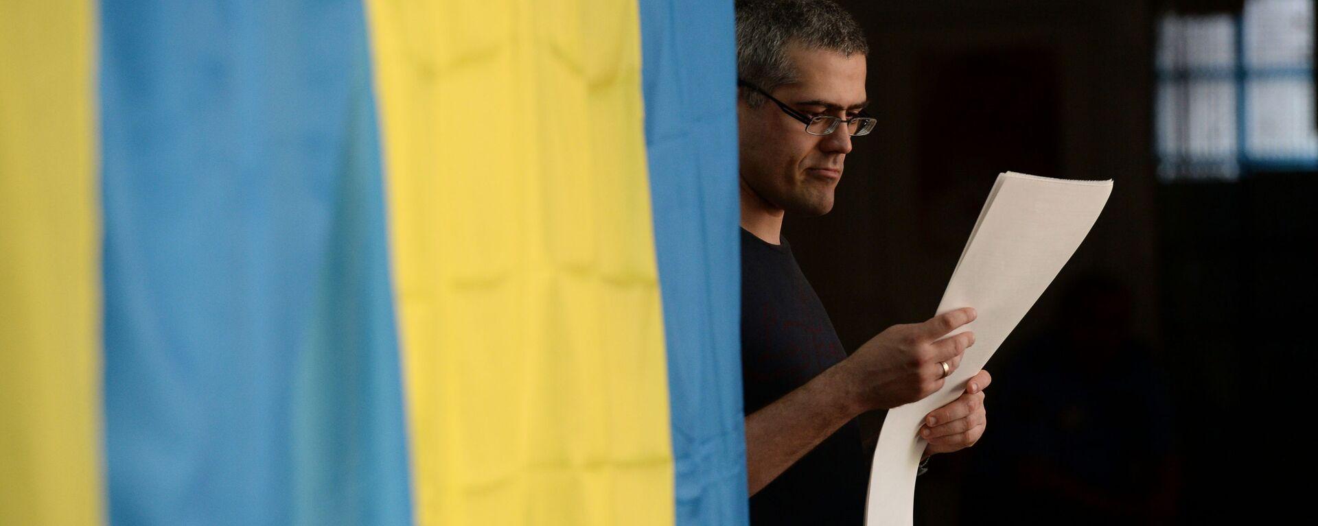 Избиратель во время голосования на выборах в Киеве - Sputnik Латвия, 1920, 24.08.2021
