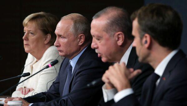 Ангела Меркель, Владимир Путин, Реджеп Эрдоган и Эммануэль Макрон на саммите в Стамбуле - Sputnik Латвия