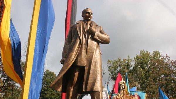 Памятник лидеру Организации украинских националистов (ОУН) Степану Бандере во Львове - Sputnik Латвия
