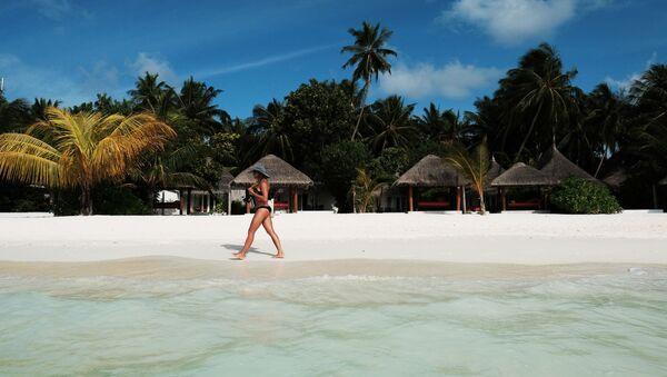Девушка идет по пляжу одного из Мальдивских островов - Sputnik Latvija