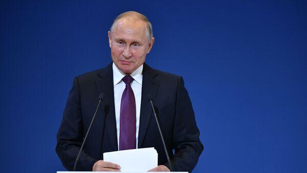 Krievijas prezidents Vladimirs Putins piedalījies VI Vispasaules tautiešu kongresā 2018. gada 31. oktobrī  - Sputnik Latvija