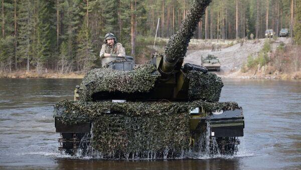 Датский танк Leopard 2 форсирует реку во время совместных учений войск НАТО Trident Juncture 2018 (Единый трезубец) в Норвегии - Sputnik Latvija