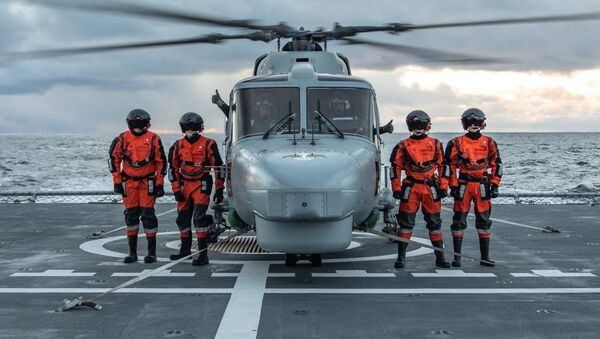 Португальские военнослужащие на палубе норвежского фрегата HNoMS Helge Ingstad во время совместных учений войск НАТО Trident Juncture 2018 (Единый трезубец) в Норвежском море. 26 октября 2018 - Sputnik Latvija