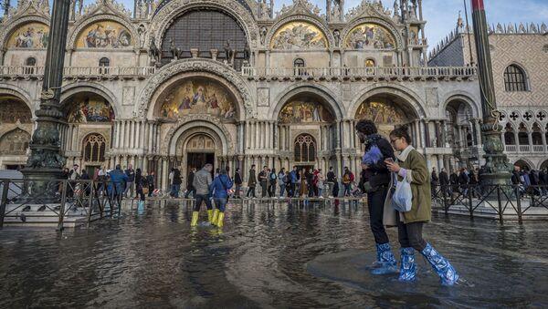 Люди на затопленной площади Святого Марка в Венеции - Sputnik Latvija