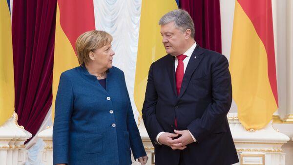 Встреча президента Украины П. Порошенко и канцлера Германии А. Меркель в Киеве - Sputnik Латвия
