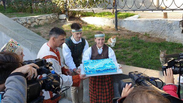 Виктория Сысолятина угощает тортом жителей Севастополя - Sputnik Latvija
