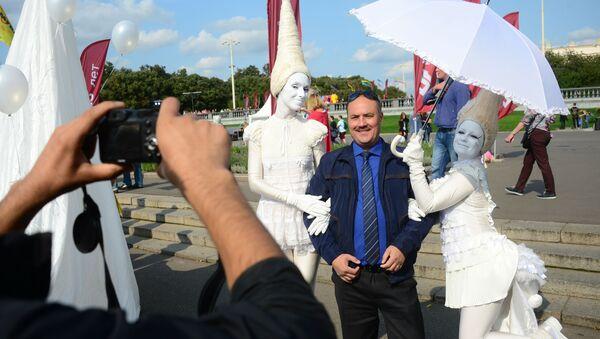 Турист фотографируется в Москве - Sputnik Латвия