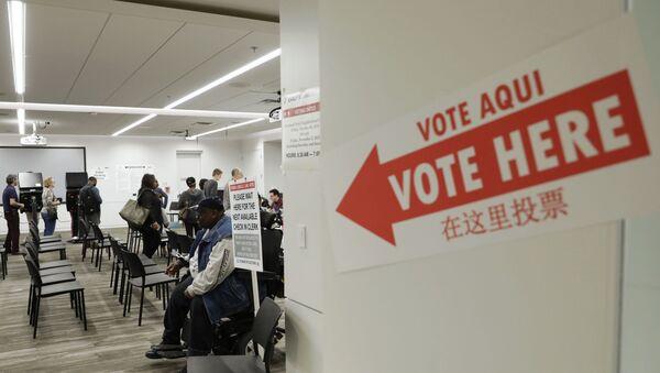 Вывеска Голосовать здесь на двери во время голосования на промежуточных выборах в США - Sputnik Latvija