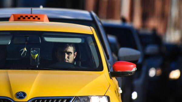 Водитель такси на Бульварном кольце в Москве - Sputnik Латвия