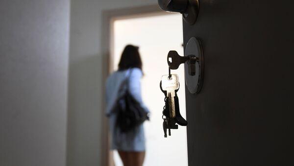 Входная дверь в квартире многоэтажного жилого дома - Sputnik Латвия