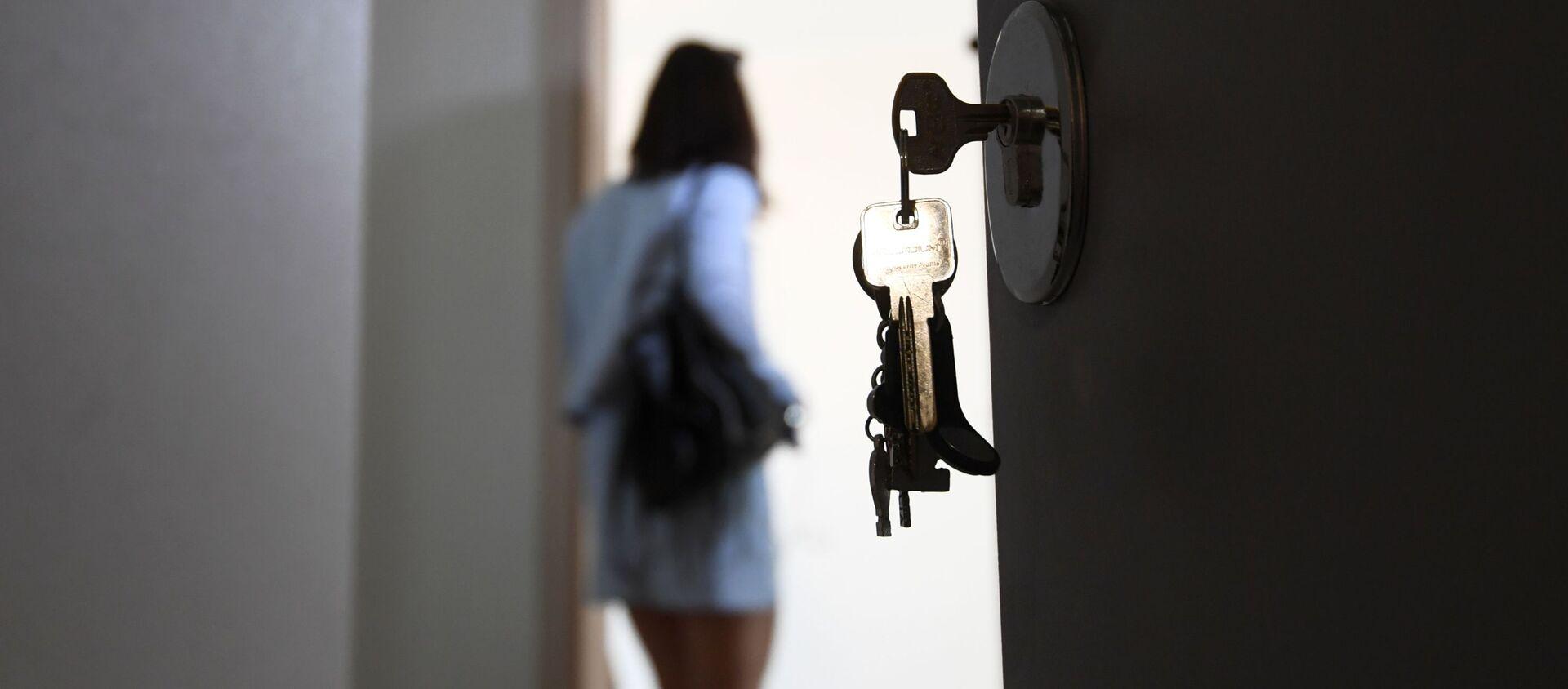 Входная дверь в квартире многоэтажного жилого дома - Sputnik Latvija, 1920, 23.03.2021