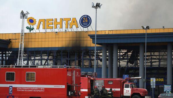 Пожар в ТЦ Лента в Санкт-Петербурге - Sputnik Latvija