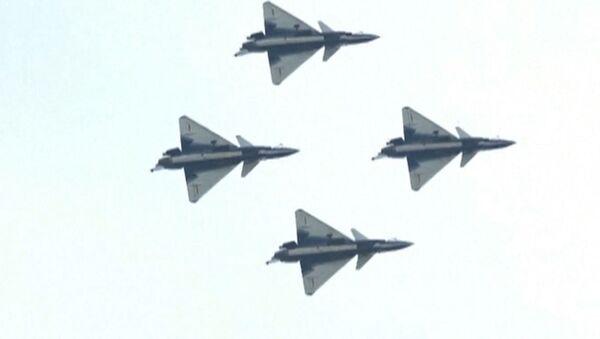 Выступление китайских пилотов на истребителях J-10 - Sputnik Латвия