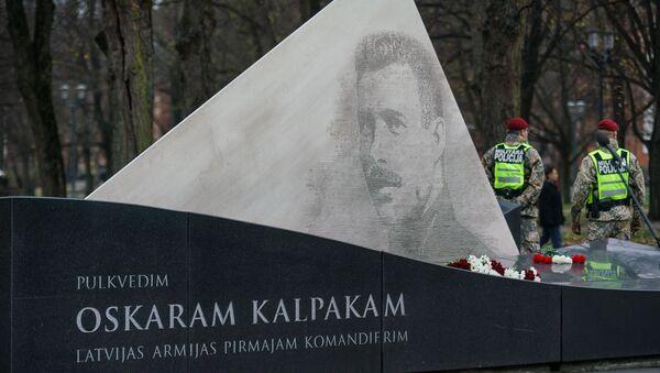 После парада военные и первые лица Латвии отправились к памятнику Оскарсу Калпаксу - Sputnik Латвия