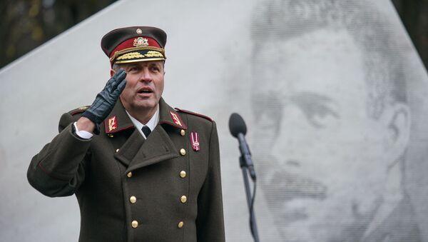 Леонид Калниньш у памятника Оскарсу Калпаксу - Sputnik Латвия