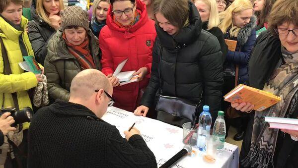 Видеофакт: на автограф-сессию писателя Славы Сэ пришли сотни минчан - Sputnik Латвия